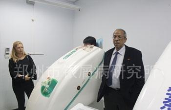 外国专家参观中药熏蒸治疗室